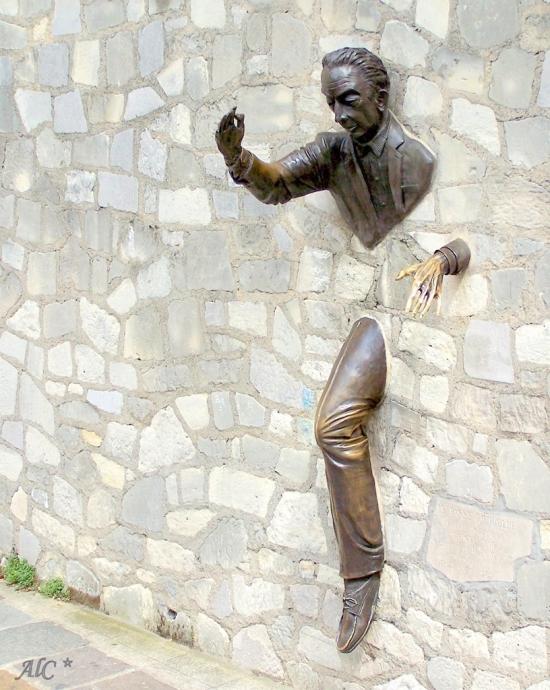 человек проходящий сквозь стену париж