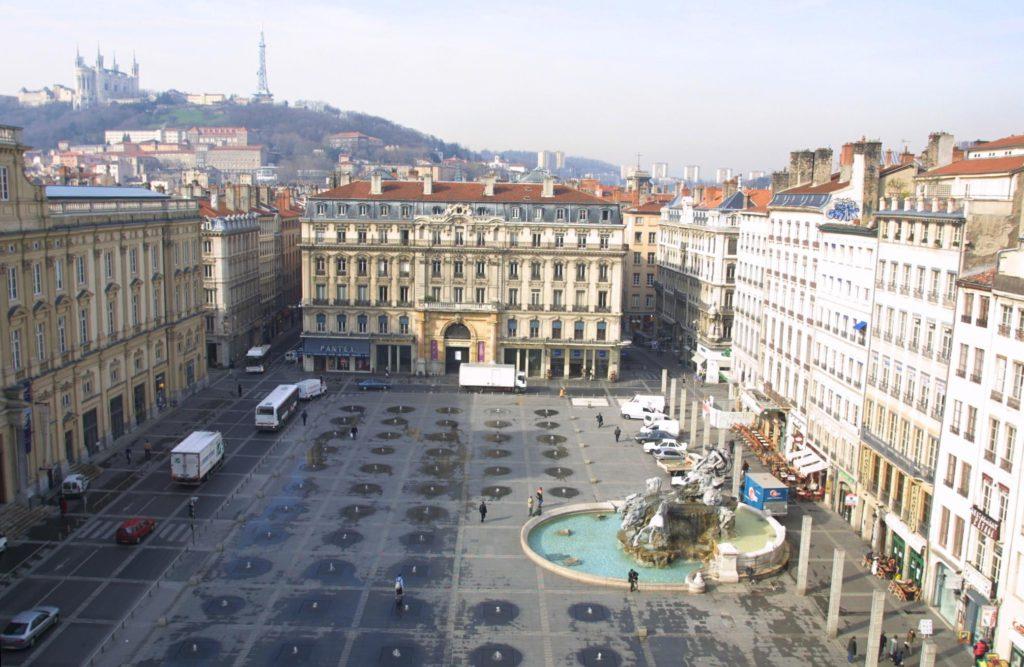 площадь Теро и художественный музей (слева)